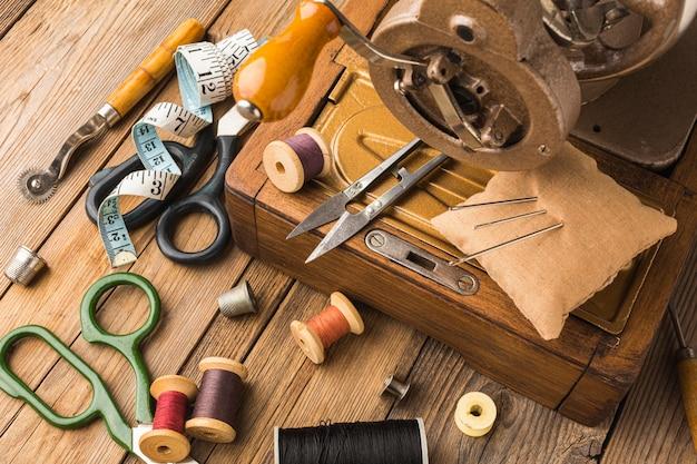 Máquina de costura vintage com linha e tesoura