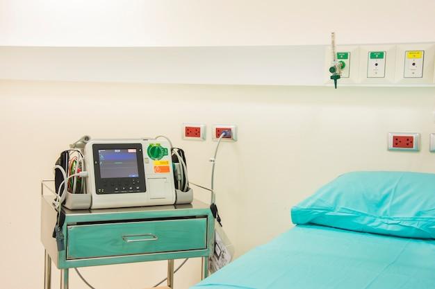 Máquina de ekg ou ecg na sala de emergência
