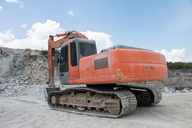 Máquina de escavadeiras no canteiro de obras
