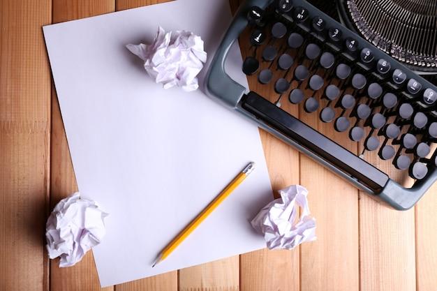 Máquina de escrever antiga. máquina de escrever vintage na mesa de madeira