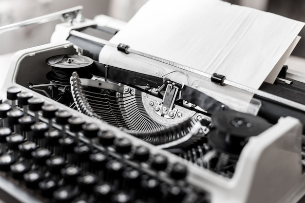 Máquina de escrever antiga retrô com folha de papel, foto de close-up