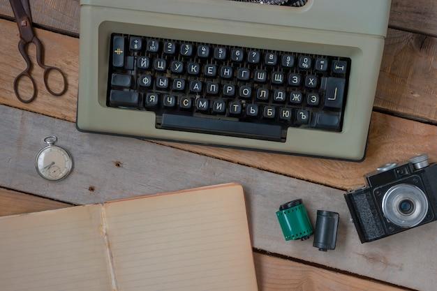 Máquina de escrever, câmera e relógio de bolso