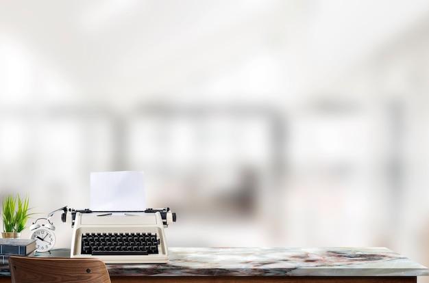 Máquina de escrever de maquete na parte superior de tabela de mármore no fundo interior da sala de estar