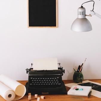 Máquina de escrever e material de escritório na mesa