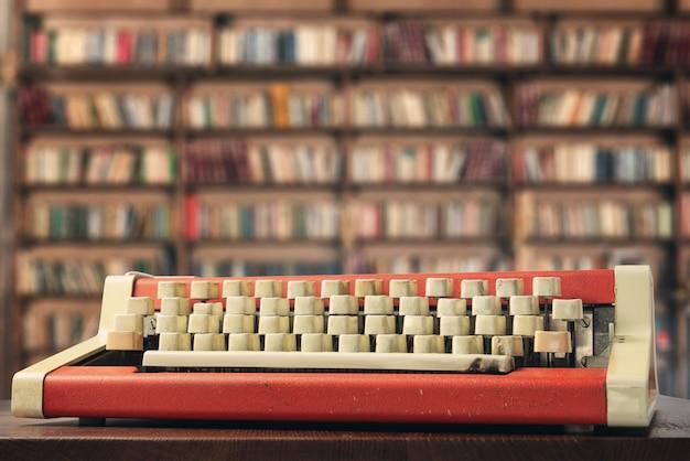 Máquina de escrever na mesa da biblioteca