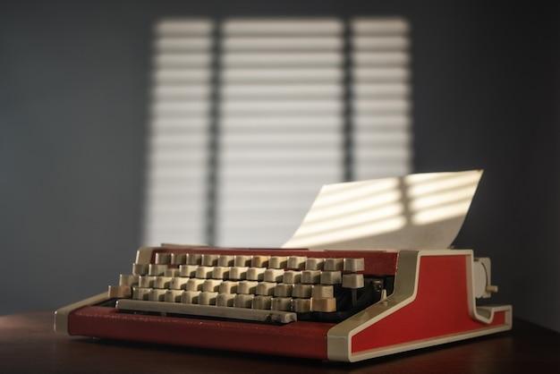 Máquina de escrever na mesa do escritório