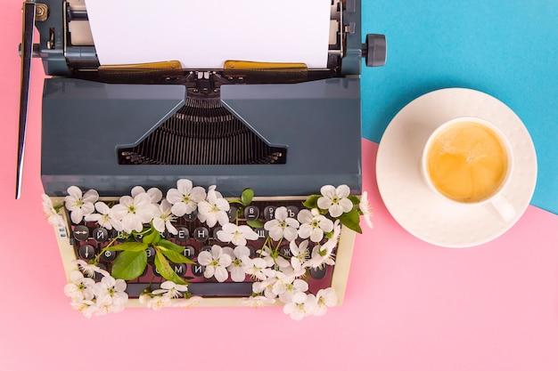 Máquina de escrever no estilo moderno de vida de um escritor, jornalista ou copywriter