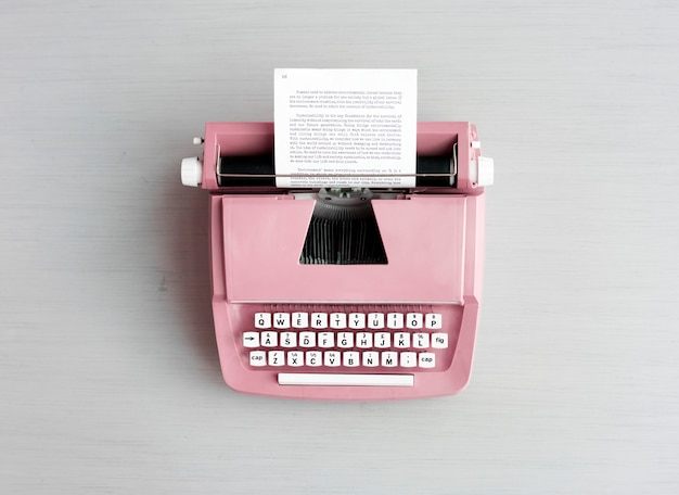 Máquina de escrever pastel retrô na superfície cinza