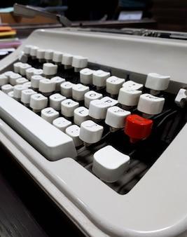 Máquina de escrever perto com teclas brancas