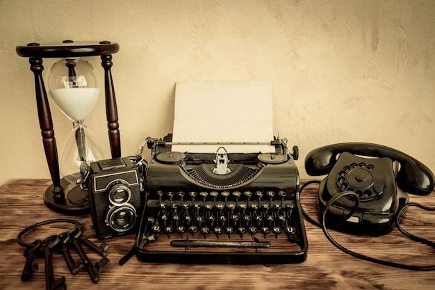 Máquina de escrever retrô com papel em branco na mesa de madeira. vista do topo