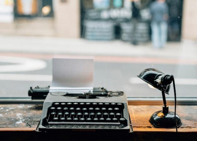 Máquina de escrever retrô com um pedaço de papel
