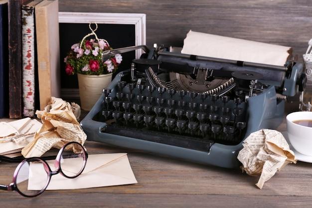 Máquina de escrever retrô em mesa de madeira