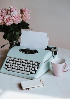 Máquina de escrever retro hortelã por rosas cor de rosa