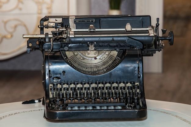 Máquina de escrever retro preta e mecânica