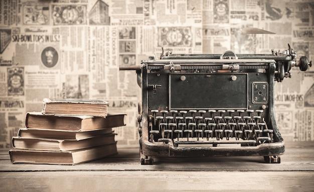 Máquina de escrever velha com livros no fundo