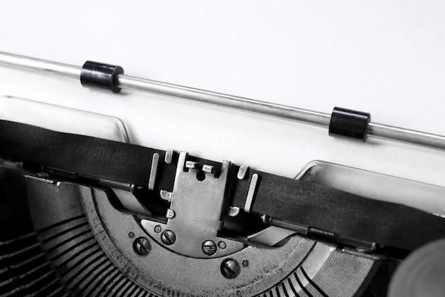 Máquina de escrever velha com papel, close-up