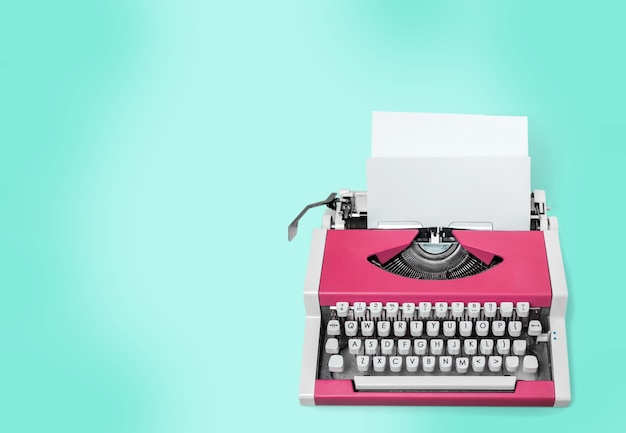Máquina de escrever velha com papel no fundo