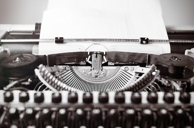 Máquina de escrever velha na mesa de madeira. foto matizada de estilo vintage.