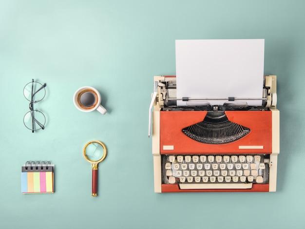 Máquina de escrever vermelha e café (formato quadrado)