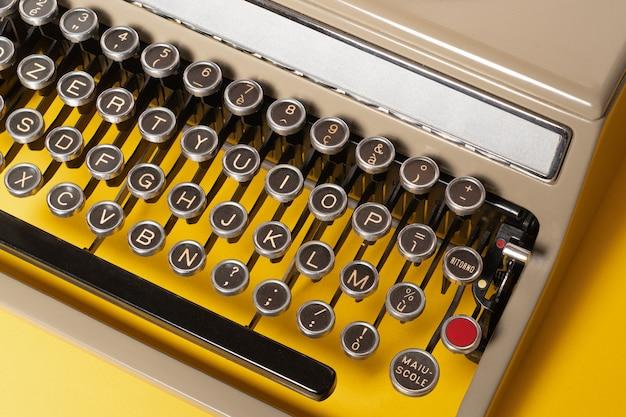 Máquina de escrever vintage em fundo amarelo