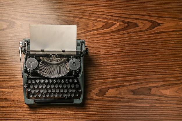 Máquina de escrever vintage em um fundo de madeira