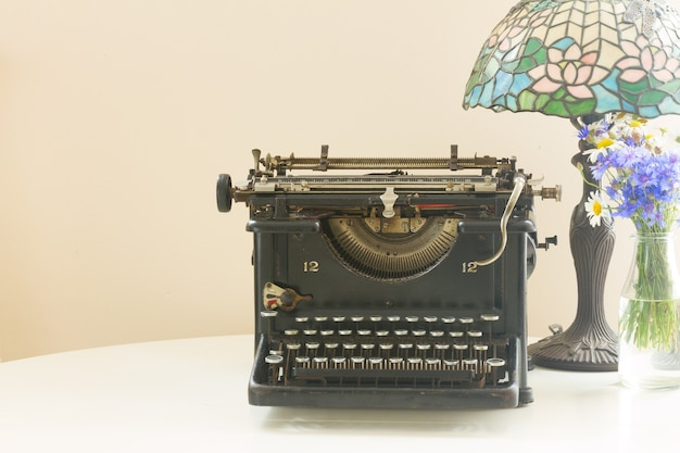 Máquina de escrever vintage preta com lâmpada retrô