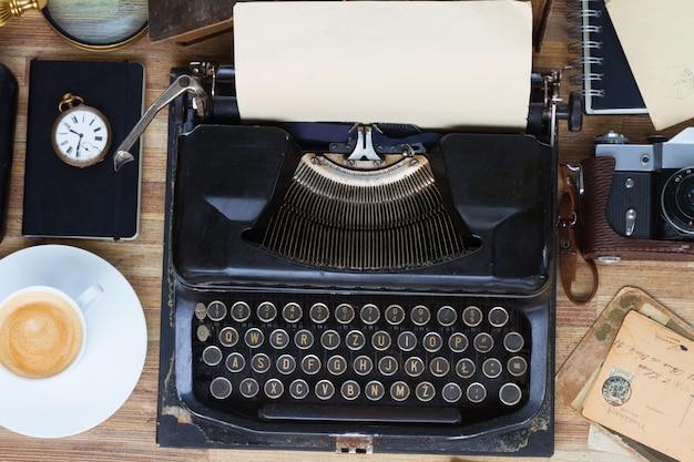 Máquina de escrever vintage preta na mesa de madeira, vista superior