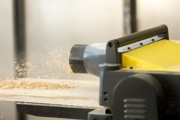 Maquina de espessura na oficina de madeira