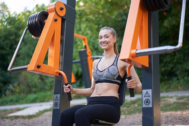 Máquina de exercícios esportivos para treinamento feminino ginásio ao ar livre parque de verão