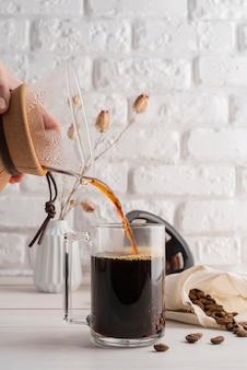 Máquina de fazer café na mesa Foto gratuita
