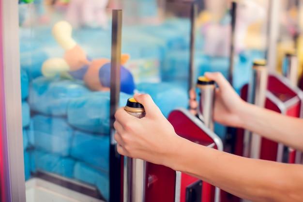 Máquina de garra no parque de diversões do shopping