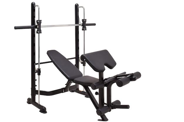 Máquina de ginástica isolada no branco. estilo de vida saudável. treinador esportivo potente.
