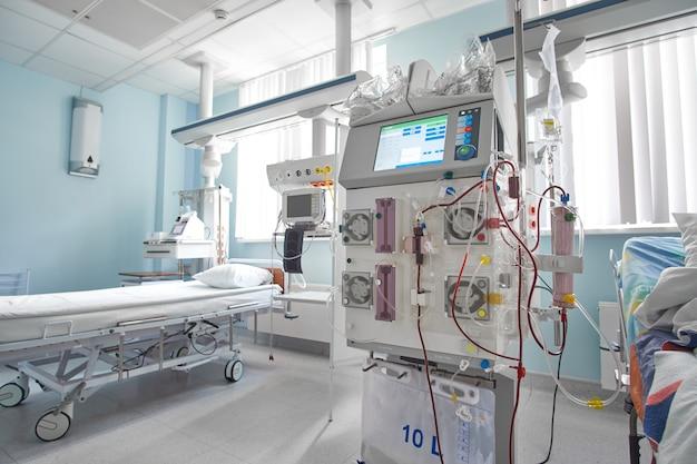 Máquina de hemodiafiltração de trabalho no departamento de terapia intensiva. paciente com insuficiência renal