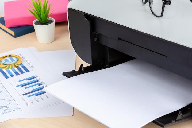 Máquina de impressora moderna para uso doméstico close-up