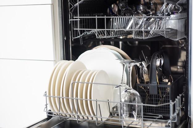 Máquina de lavar louça aberta