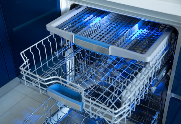 Máquina de lavar louça com iluminação azul em uma cozinha