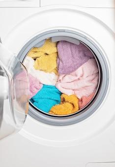 Máquina de lavar ou secar carregada com a roupa. lavagem, conceito de limpeza de primavera