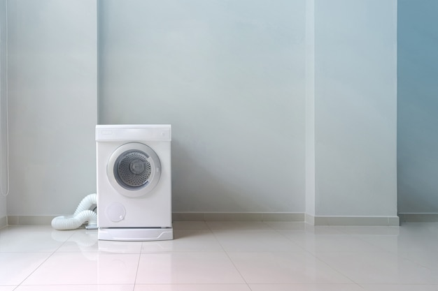 Máquina de lavar roupa branca na lavanderia