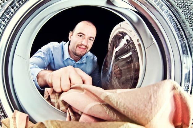Máquina de lavar roupa carga homem