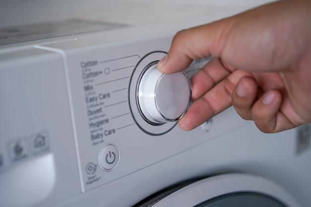Máquina de lavar roupa escolhendo programa na máquina de lavar roupa