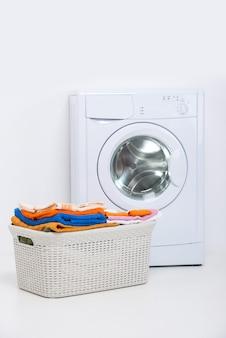 Máquina de lavar roupa isolada