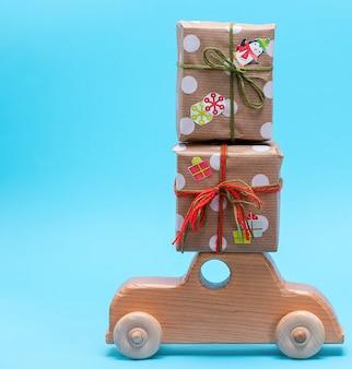 Máquina de madeira infantil carrega presentes embrulhados em papel