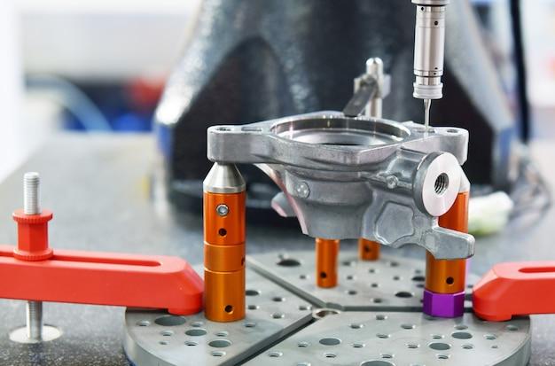 Máquina de medição de coordenadas automáticas (cmm) para inspeção de peças de alta precisão durante o trabalho