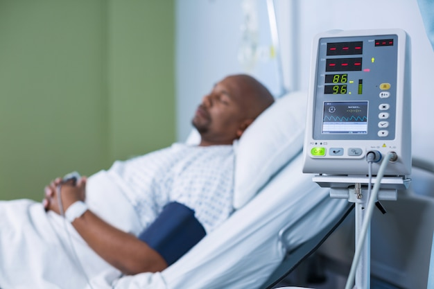 Máquina de monitoramento de pacientes na enfermaria