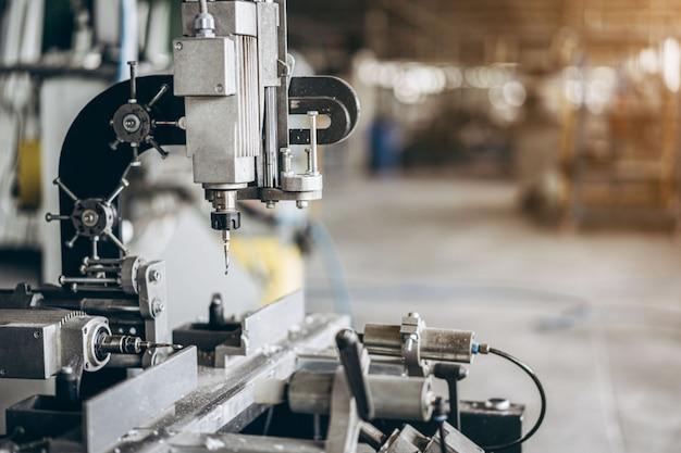 Máquina de perfuração na fábrica