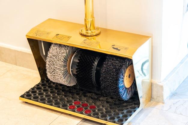 Máquina de polidor de sapatos elétricos no prédio de escritórios
