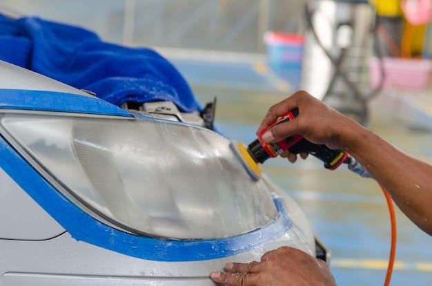 Máquina de polir para faróis de carros no serviço de automóveis.