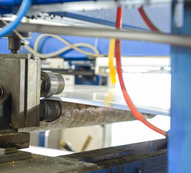 Máquina de prensa de rolo. planta para produção de painéis sanduíche de isopor