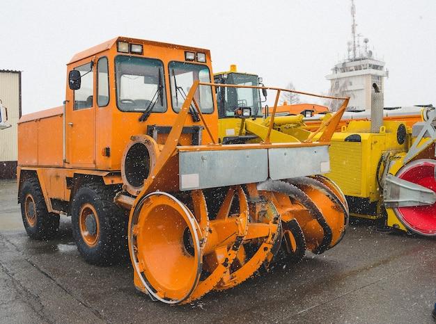 Máquina de remoção de neve, estacionamento no aeroporto no inverno.