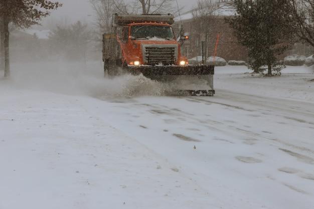 Máquina de remoção de neve limpa a rua da cidade da neve
